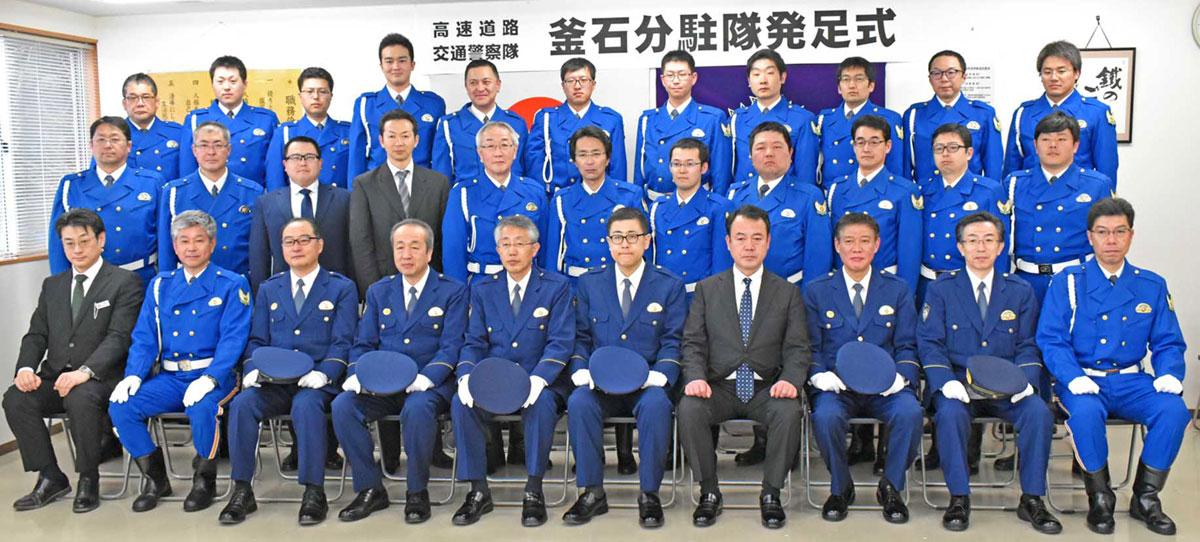 島村本部長(前列中央)ら幹部も隊員を激励