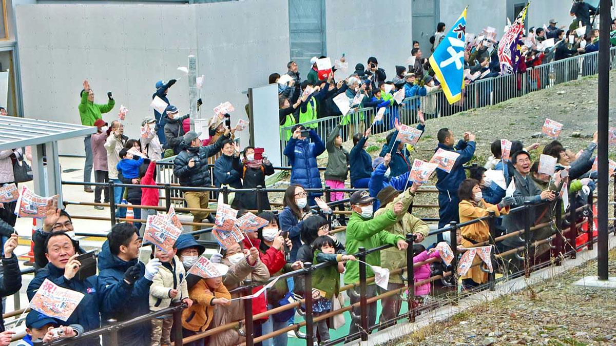 釜石発の一番列車を大勢の人たちが歓迎した鵜住居駅