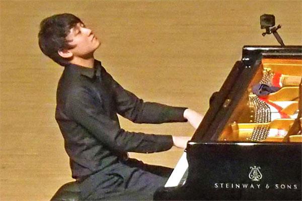 「感動を伝えられるピアニストに」日本音楽コンクール1位の小井土文哉さん〜さらなる飛躍へ古里で演奏会