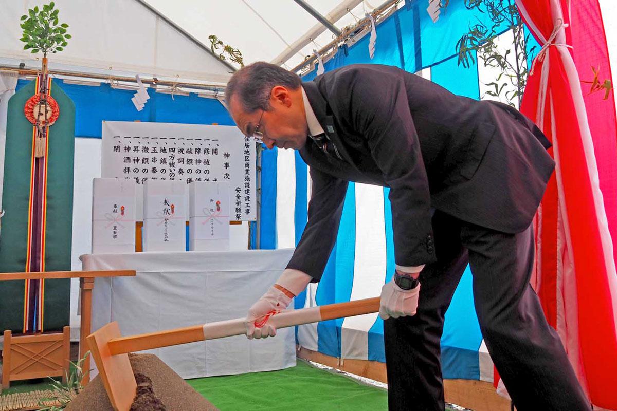 建設工事安全祈願祭でくわ入れする谷澤社長