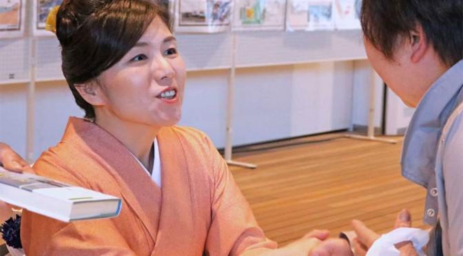 サイン会で来場者と交流する柚月裕子さん
