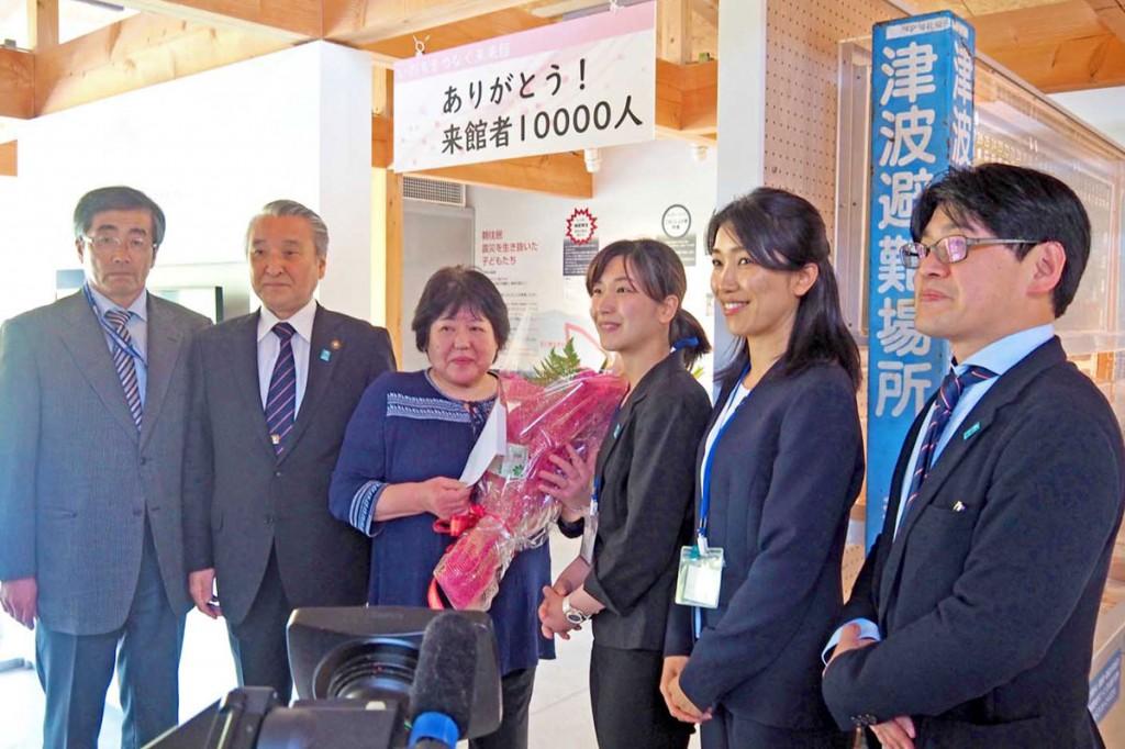 1万人目の来館者となった瀬川さん(左から3人目)