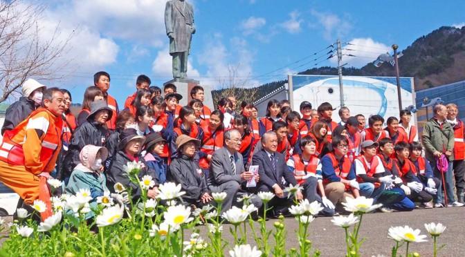 釜石駅前で植栽に取り組んだ拓大の学生・生徒ら