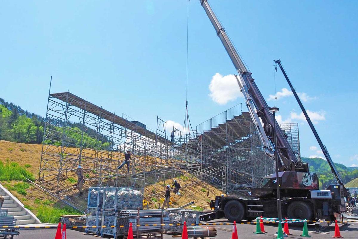 仮設スタンドの設営状況が公開された釜石鵜住居復興スタジアム。本番に向けた準備が進む