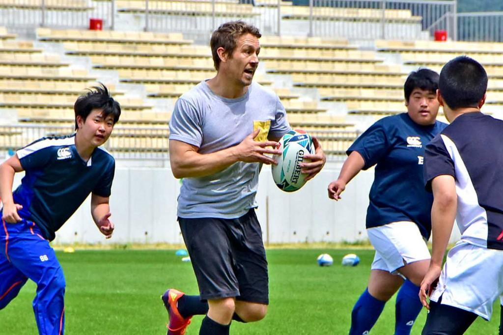 釜石高ラグビー部員に模範プレーを示すウィルキンソンさん