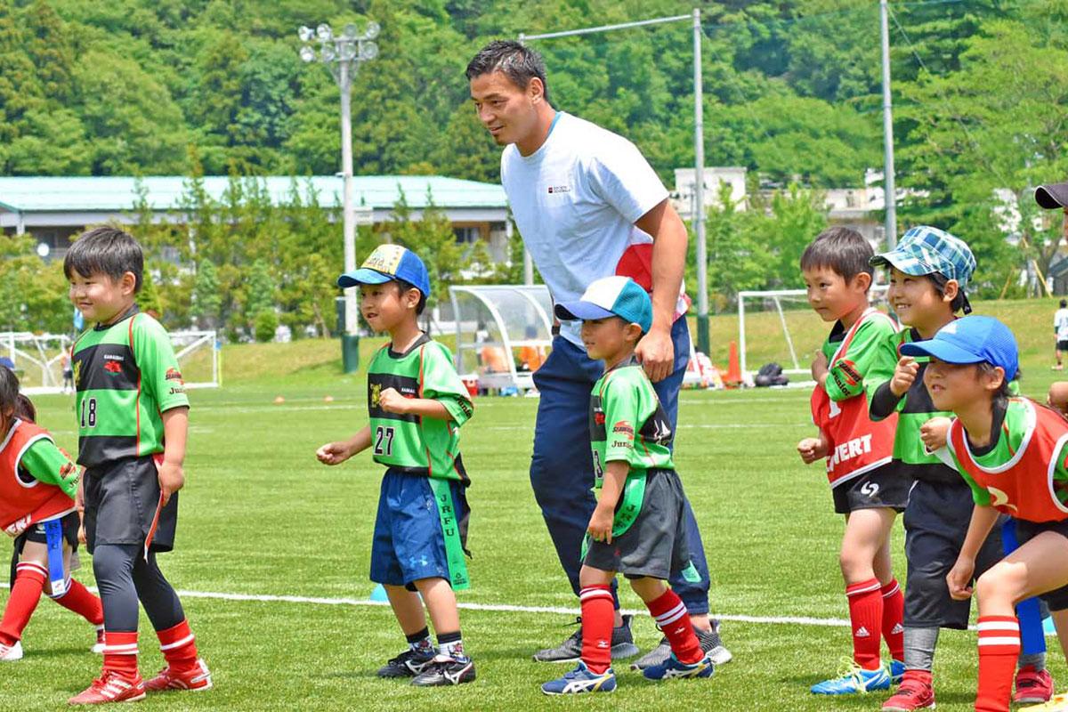 ラグビー教室で、子どもらを見守る五郎丸歩選手