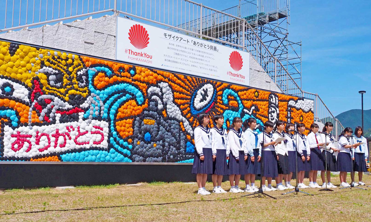 感謝の気持ちが詰まった壁画を背に思いを発信する生徒ら