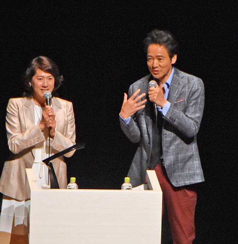 開幕セレモニーの司会を務め、「震災の風化防止へ、手に手を取り合おう」と呼び掛ける陸前高田市出身の俳優村上弘明さん(右)