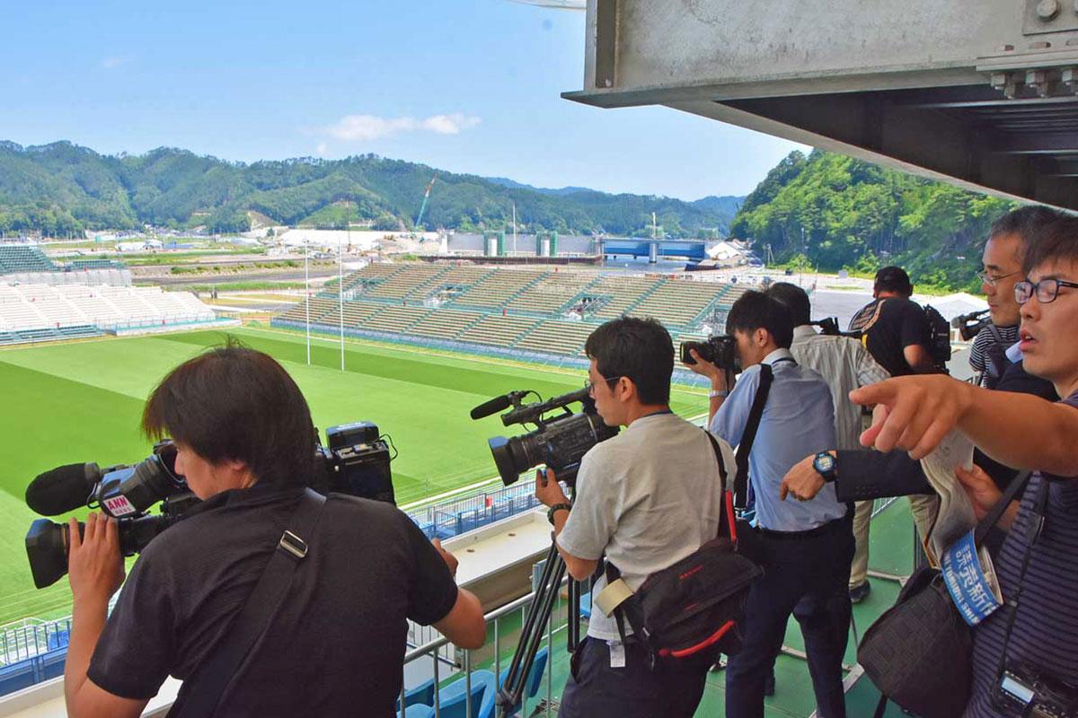 公開されたスタジアムにカメラを向ける報道陣