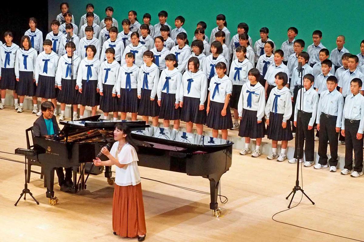 復興への思いを込め合唱を披露する釜石東中生、アクアマリン