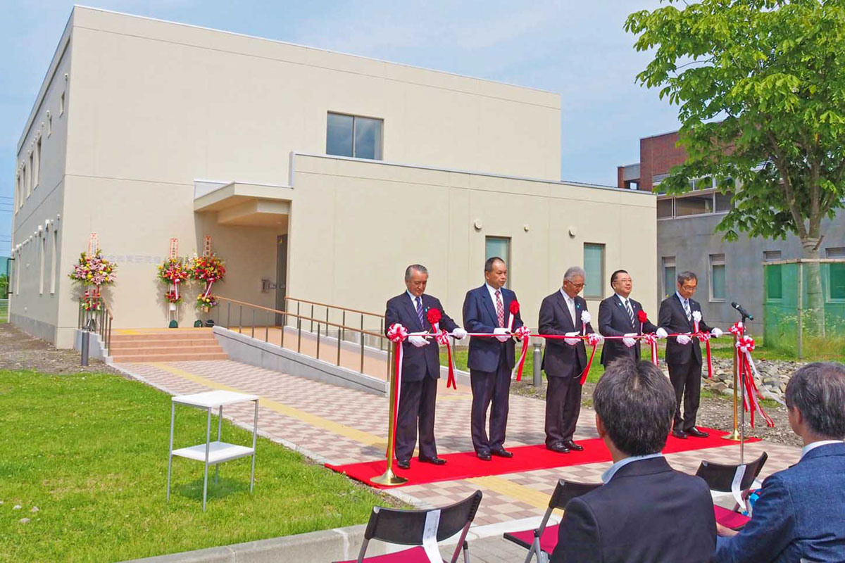 釜石キャンパス教育研究棟の完成を祝いテープカットする岩手大の岩渕学長ら関係者