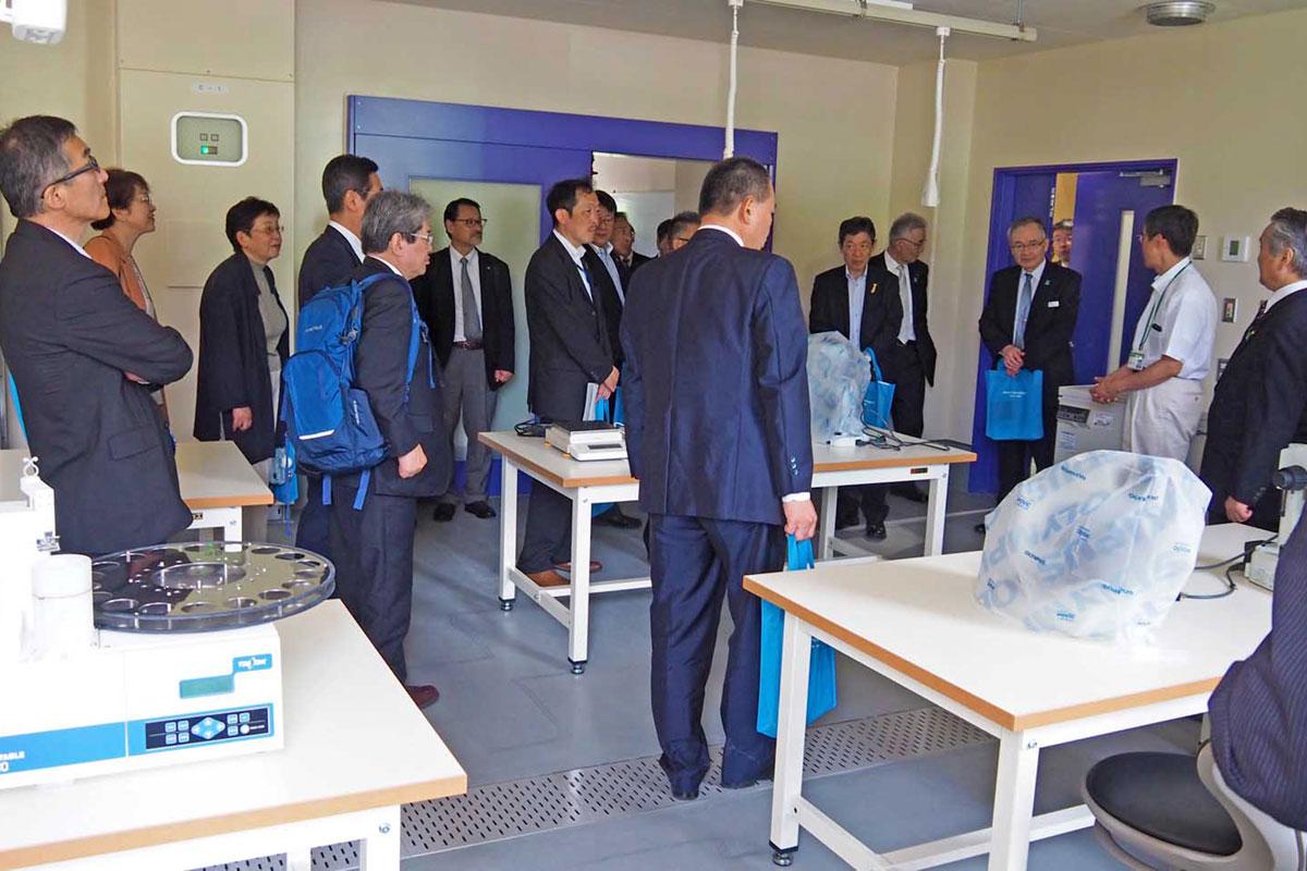 竣工記念式典の出席者に公開された水産実験室