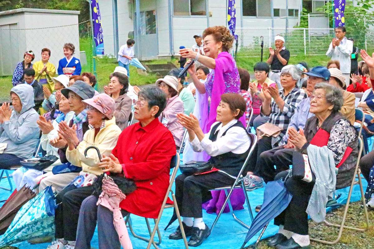 尾崎都さんの歌に合わせた佐々木社中の踊りを楽しむ観客