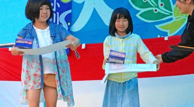 作文で優秀賞を受賞した石井桃加さん(右)と佐々海音さん