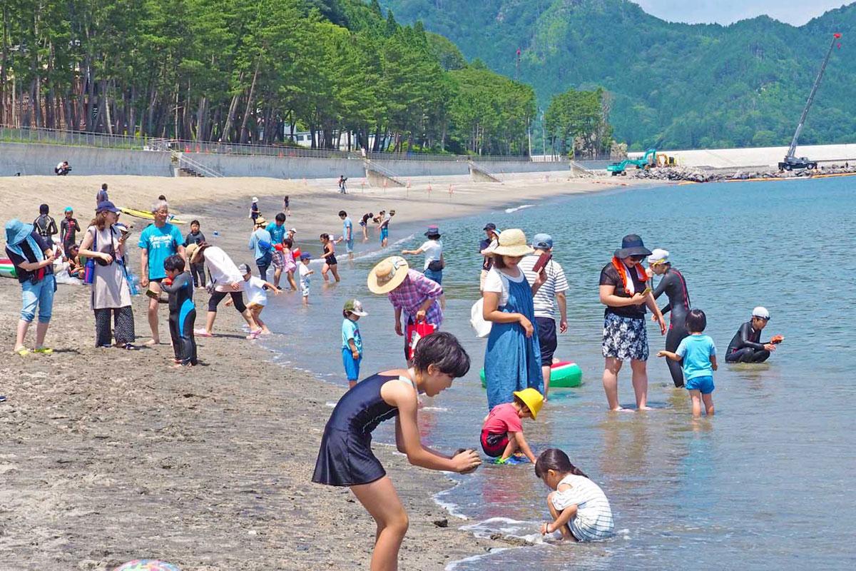 海開きした根浜海岸での遊びを楽しむ海水浴客