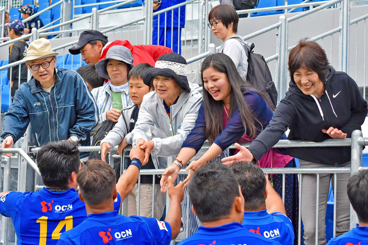 選手と握手を交わすファン。W杯でもこうした光景が期待される
