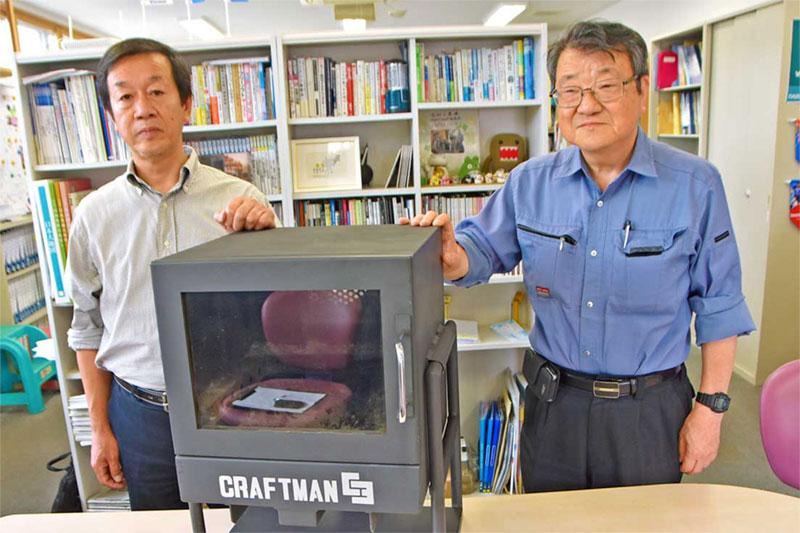 ふるさと納税の返礼品としてこれまで2台が贈られた石村工業の「クラフトマンC3」。石村社長(右)は「これで販売に火が付けば」と期待する
