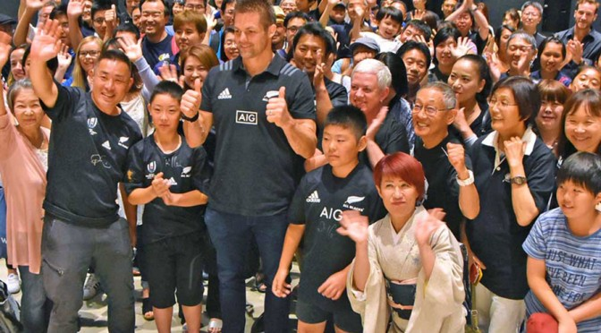 多くのファンに囲まれ、W杯の成功を願うリッチー・マコウさん(前列中央)