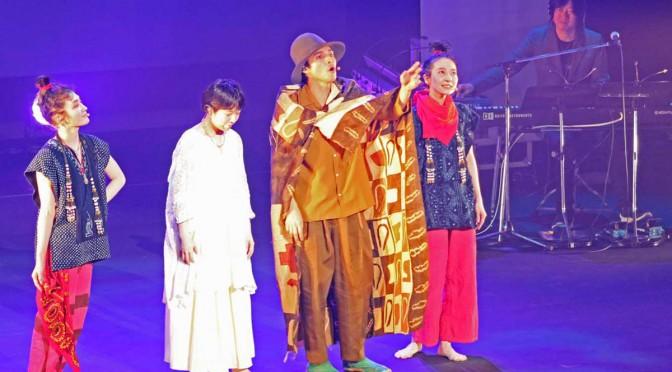 満島真之介さん(中央)らが演じたオペラ「四次元の賢治」