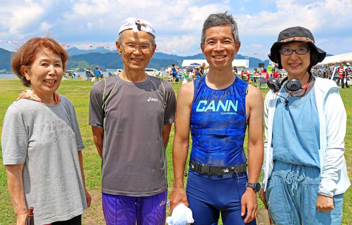 神園和幸さん、邦子さん夫妻(左側)と恭一さん、由紀さん夫妻