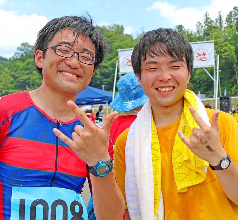 初レースの達成感を味わう安保寛隆さん(左)と継枝拓真さん