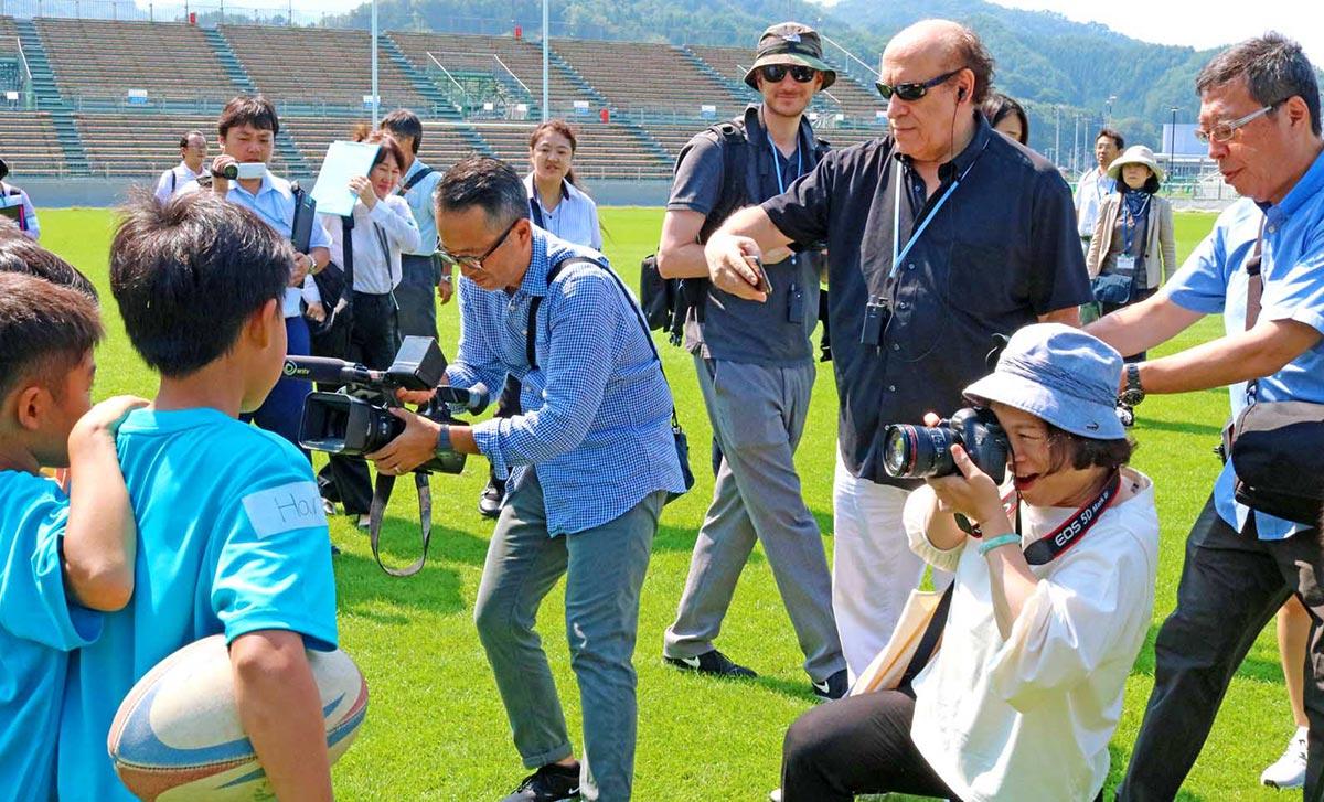 イベントに参加した子どもらを熱心に撮影する海外メディア