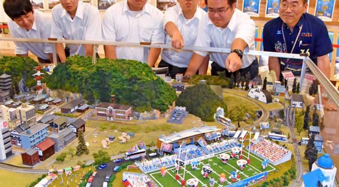 イオン釜石店で公開されている鉄道模型のジオラマ。釜石鵜住居復興スタジアムの部分は釜石商工高の生徒らが作成に協力した