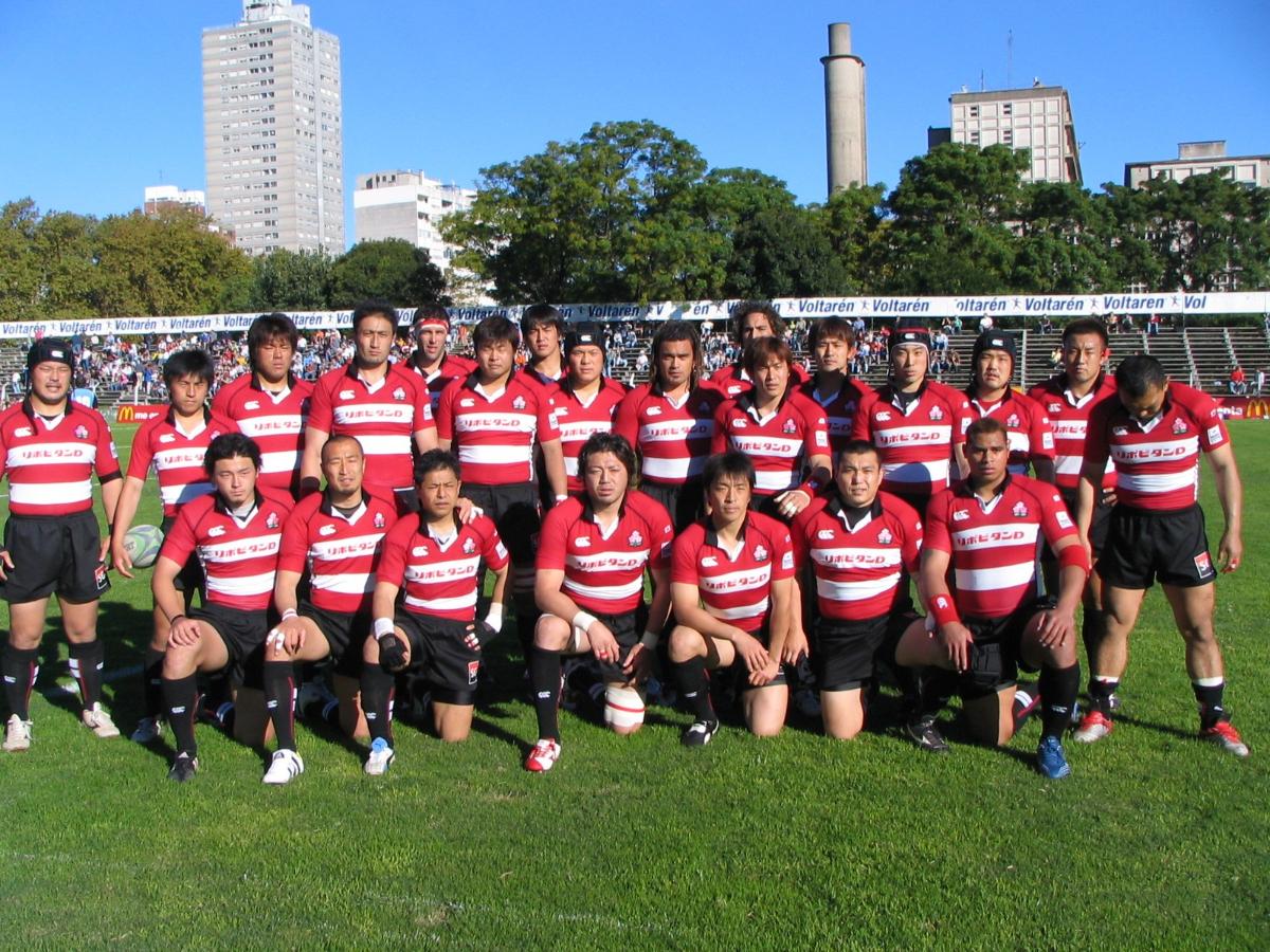 2005年ウルグアイ戦の日本代表、試合前の集合写真。前列左端が19歳の五郎丸選手、この時点ではまだノンキャップ。