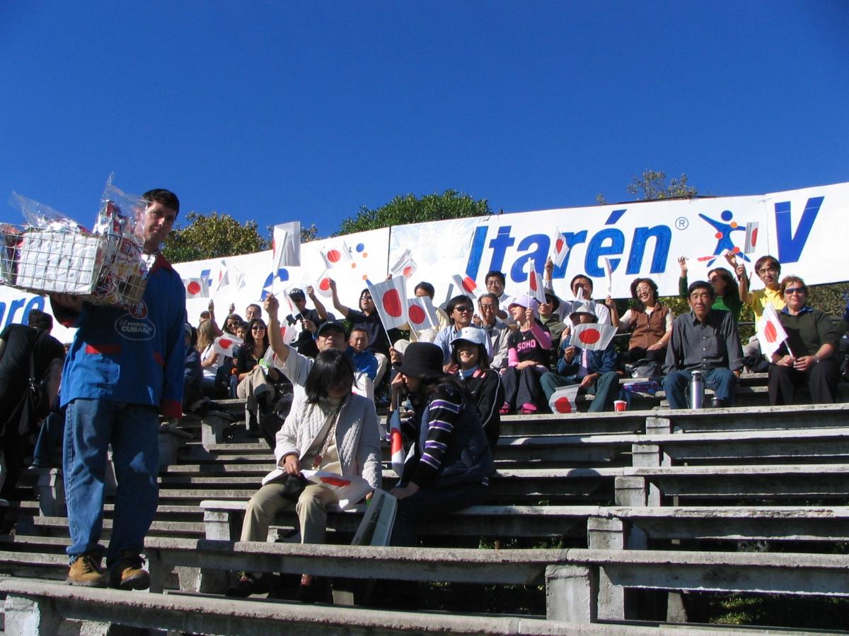 ウルグアイには日系人、在留日本人が少なくなかった。モンテビデオの試合にかけつけた応援団。