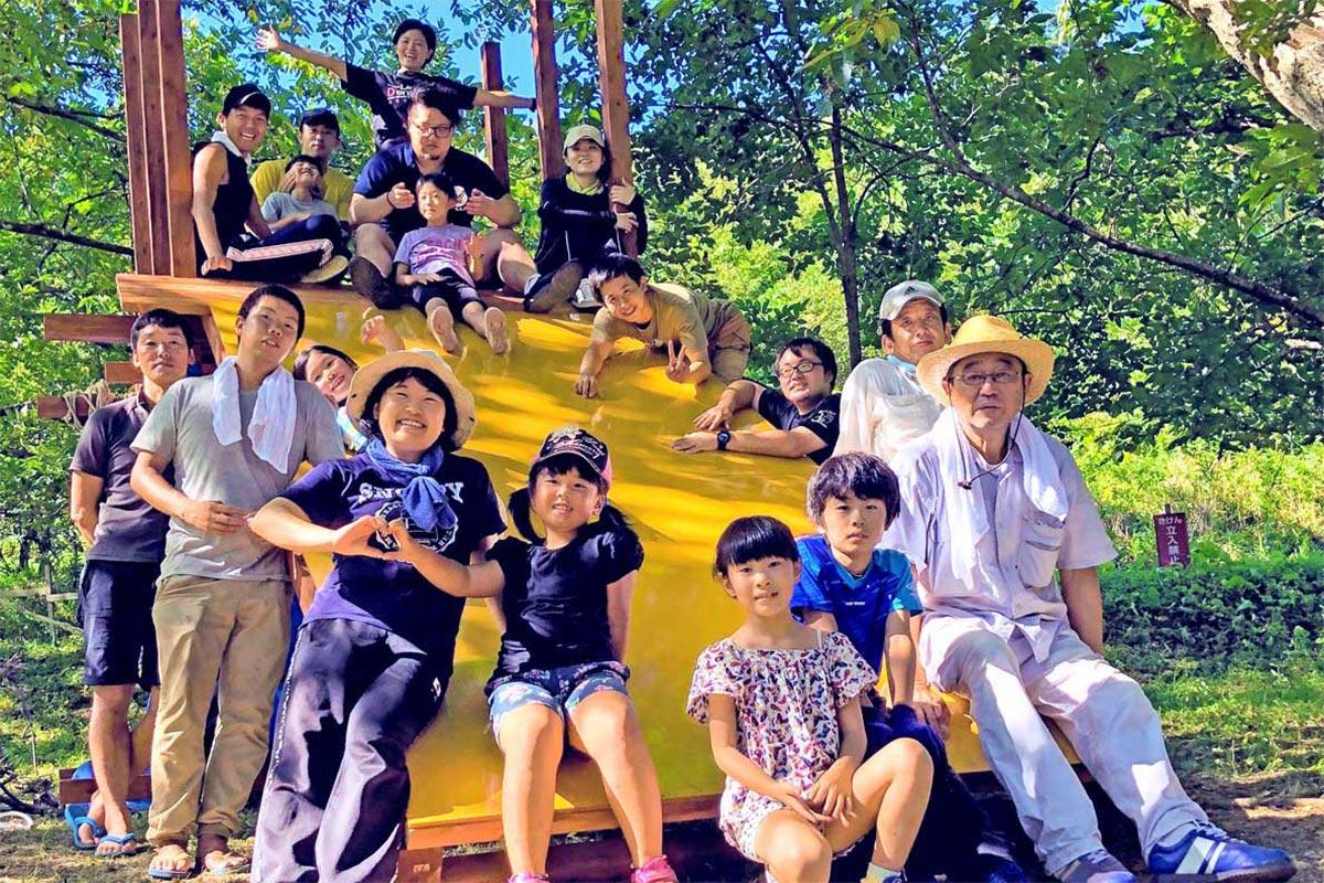 大人も子どもも協力し合い、素敵なすべり台を完成させた