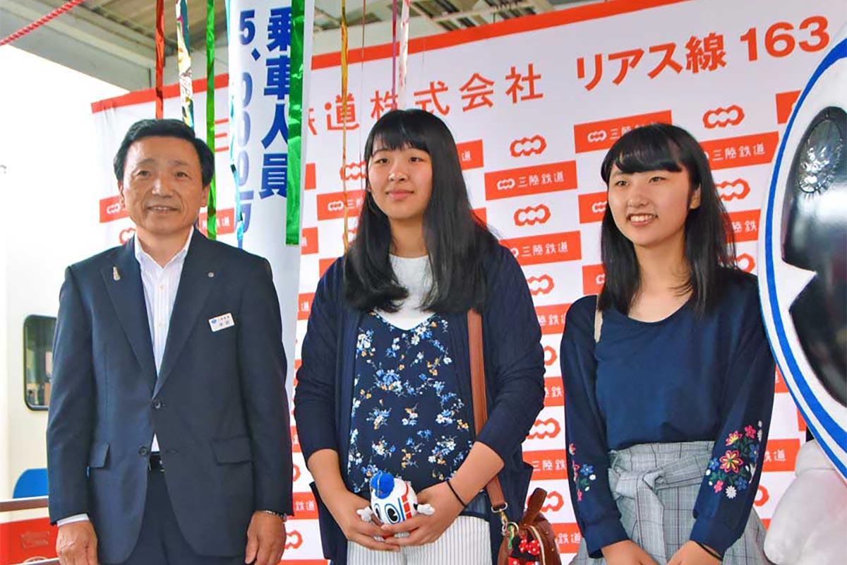 乗車5000万人達成を喜ぶ(左から)中村一郎社長、福士遙奈さん、佐々木梓さん=26日、宮古市の三陸鉄道宮古駅で