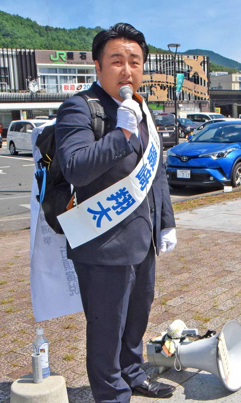 """街宣車も運動員もなく""""一人選挙""""で市議選に挑んだ磯﨑翔太氏"""