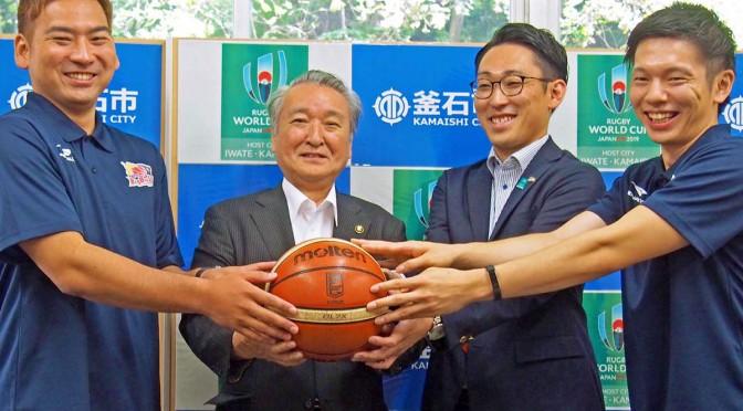 ボールを手に笑顔を見せる(左から)澤口選手、野田市長、水野社長、伊藤選手