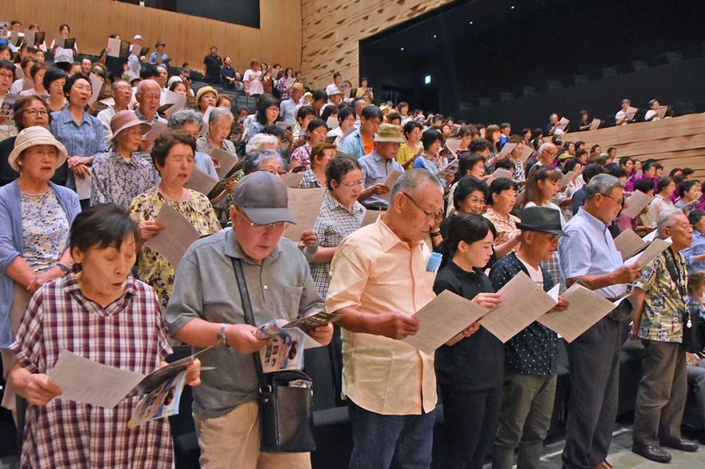 客席を埋めた多くの市民も「夏の思い出」に声を合わせる