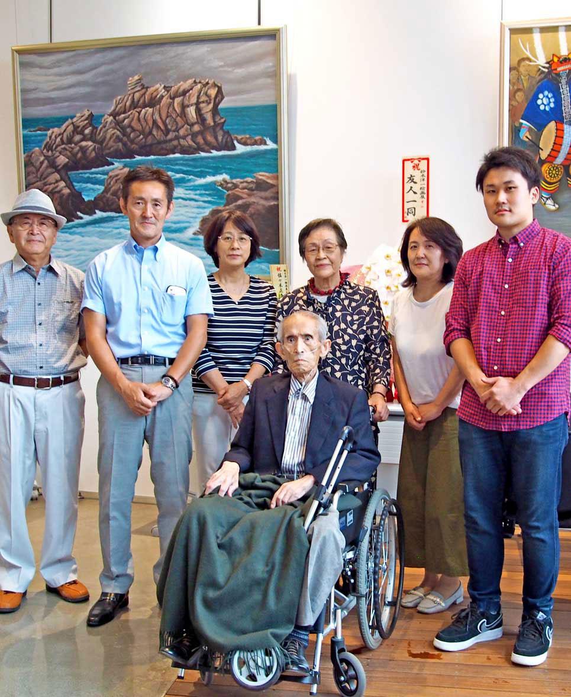 初の個展を開いた鈴木洋一さん(中央)、後押しした家族ら
