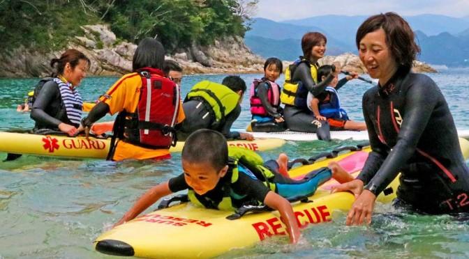 レスキューボードなどに乗って海面を進む楽しさを味わう家族