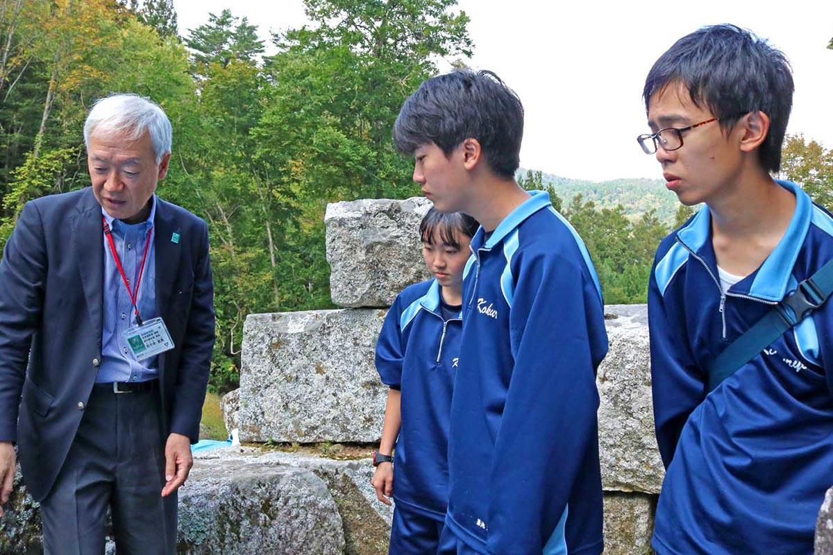 佐々木課長の案内で高炉場跡を見学。橋野鉄鉱山で行われた鉄づくりを学ぶ