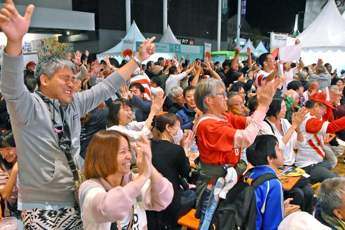 サモアを撃破。日本の3連勝が決まると、ファンゾーンを埋めた市民が拍手、バンザイで盛り上がる=5日