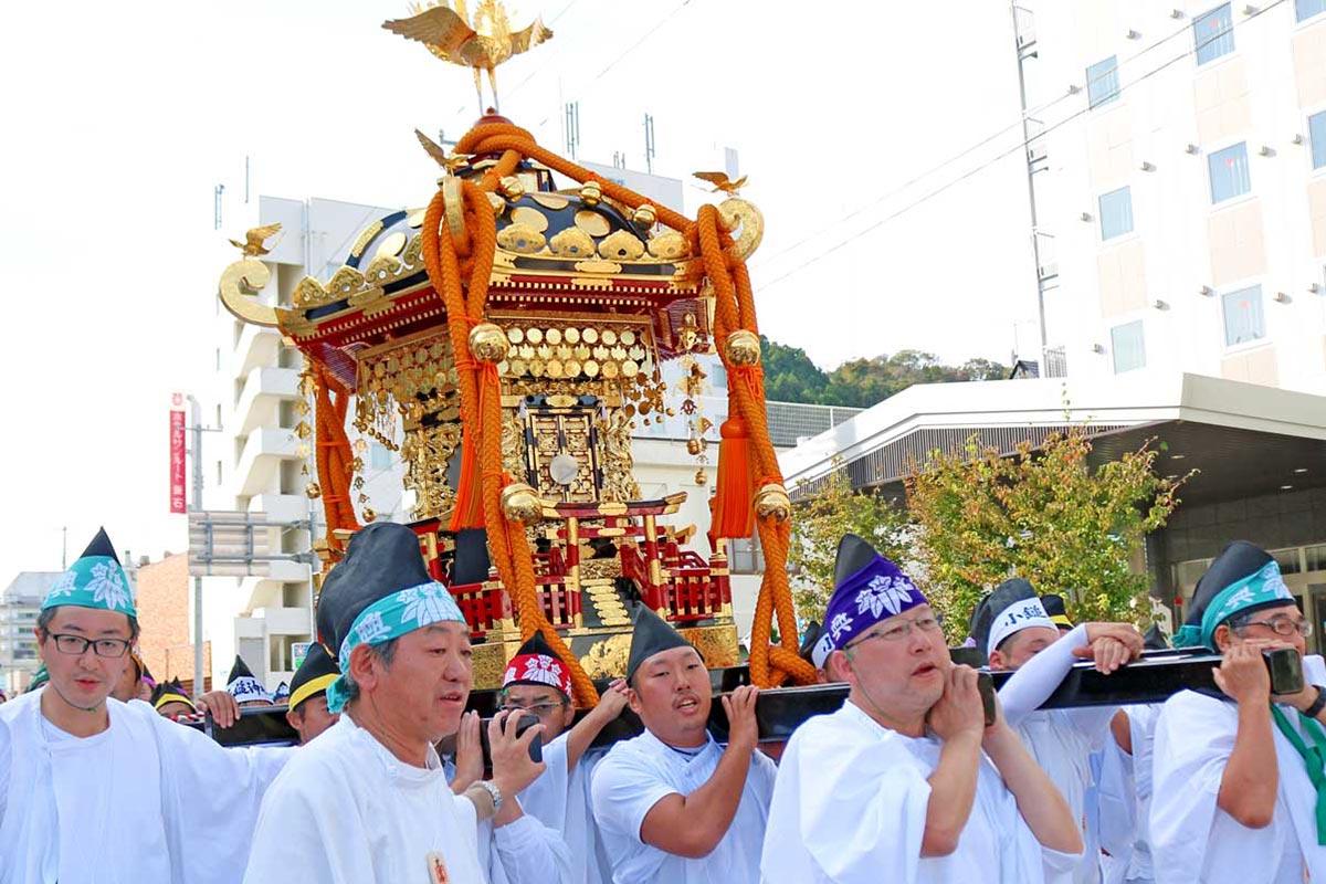お色直し後初の渡御に繰り出した尾崎神社の六角大みこし
