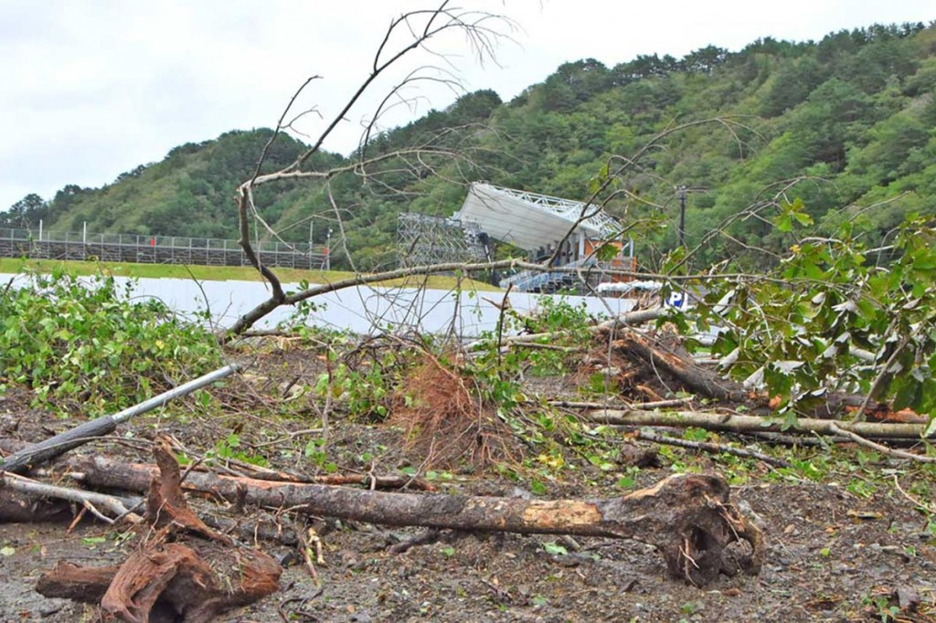 豪雨で沢から押し出された土砂や流木で埋まった釜石鵜住居復興スタジアムの駐車場