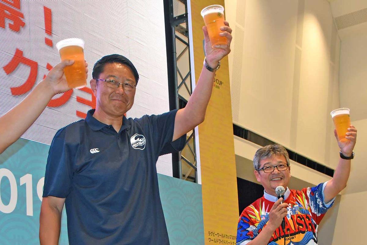W杯開幕を乾杯で祝う釜石SWの桜庭吉彦ゼネラルマネジャー