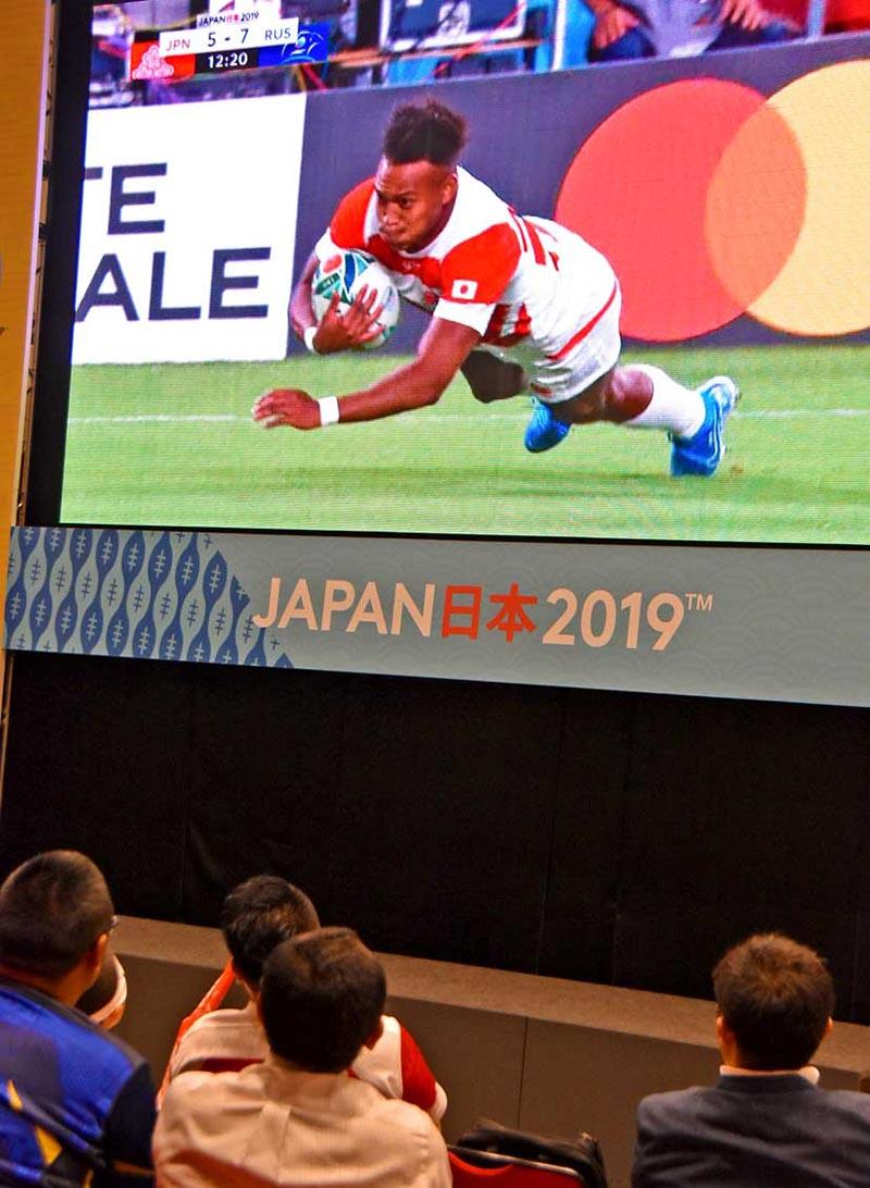 大型スクリーンに映し出された松島幸太朗選手のトライシーンに大興奮