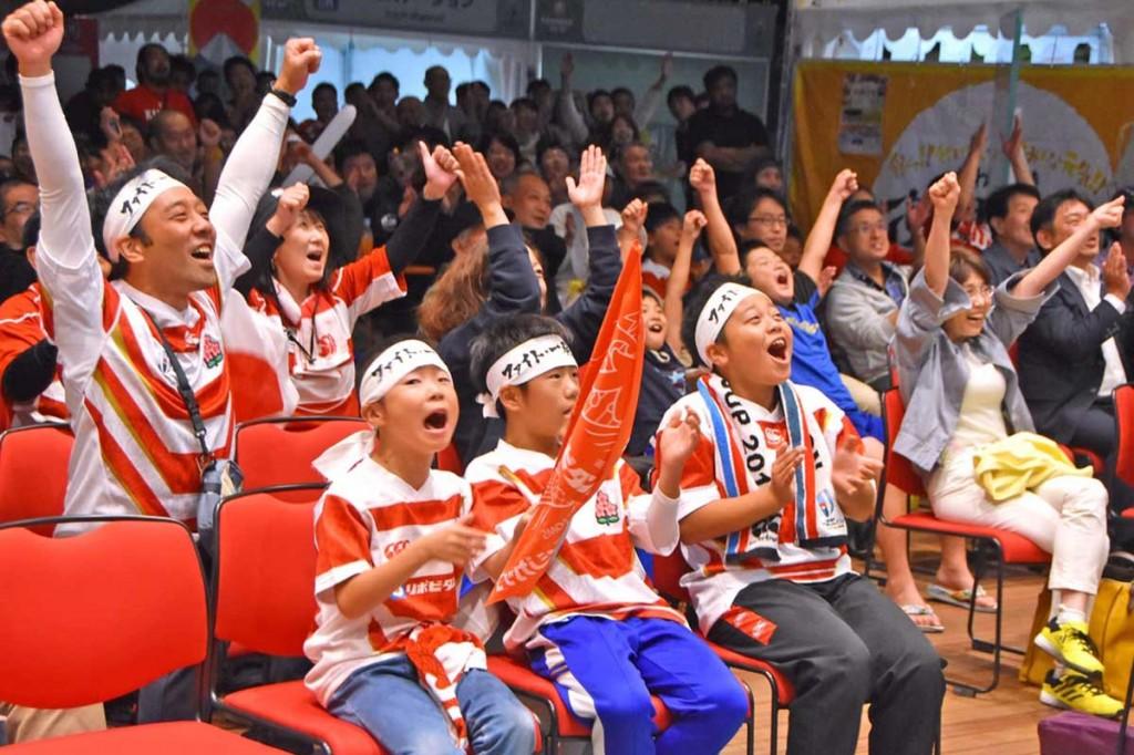 日本代表のユニホームを着たファンも大喜び(