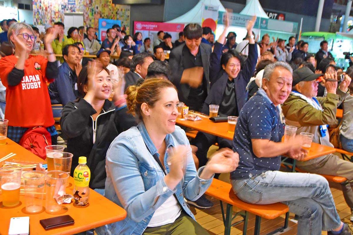 市民ホールのオープンスペースでビールを飲みながら観戦