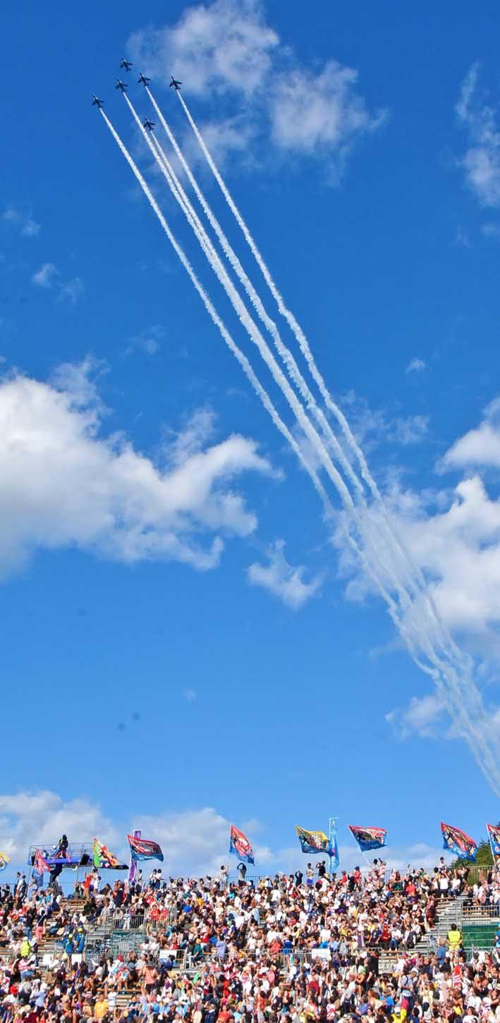 復興スタジアムの上空を飛行する航空自衛隊の「ブルーインパルス」
