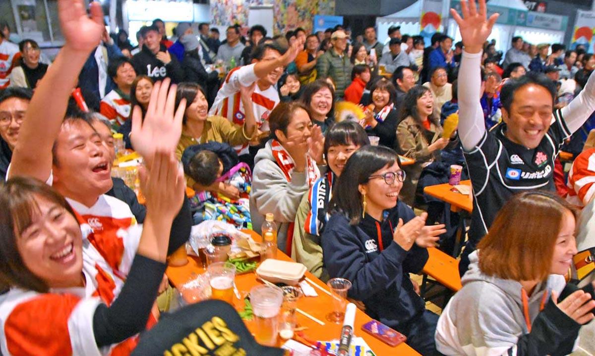 日本代表の健闘に感謝のコールを送るファンら
