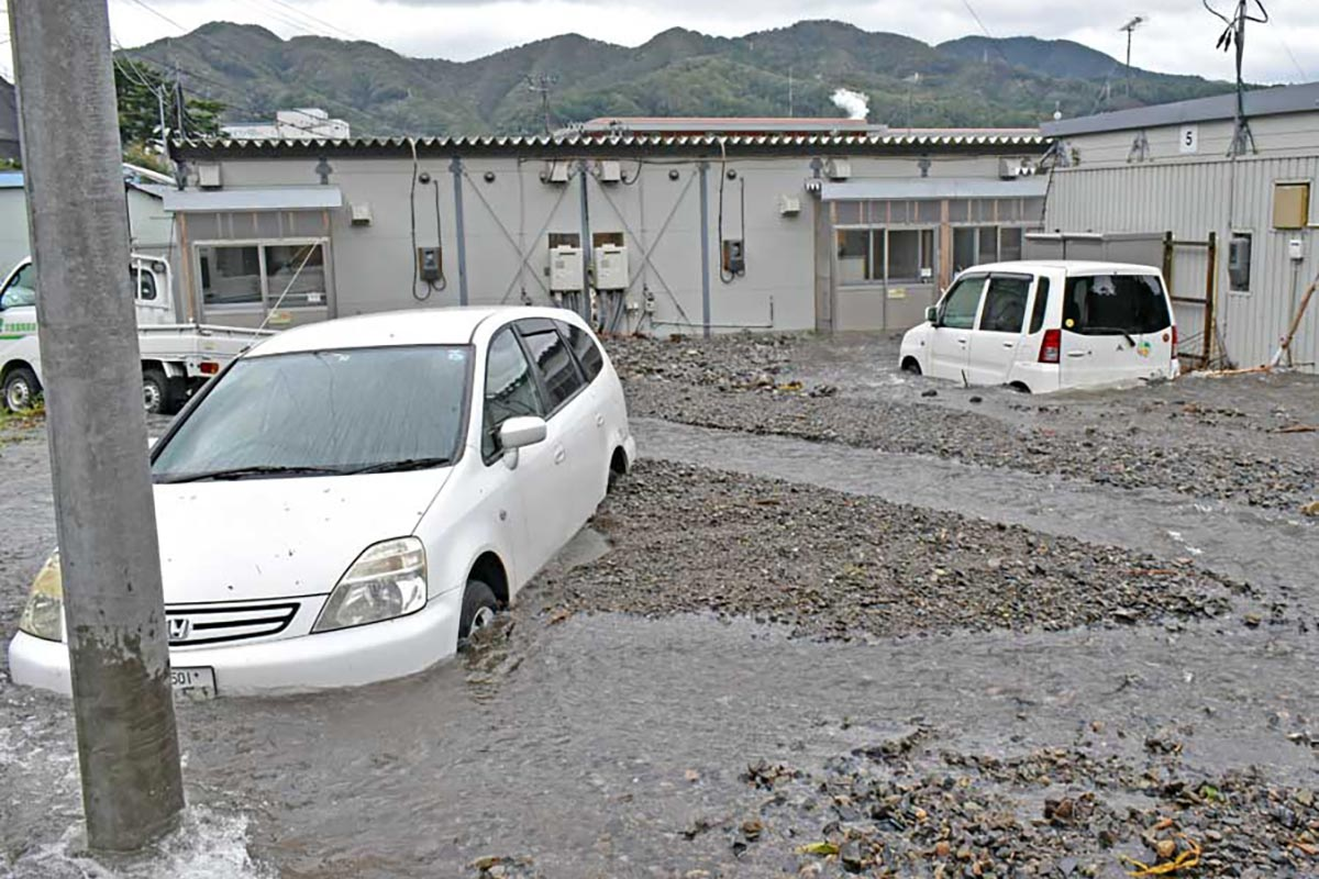 天神町仮設団地の敷地内で土砂に埋もれた車