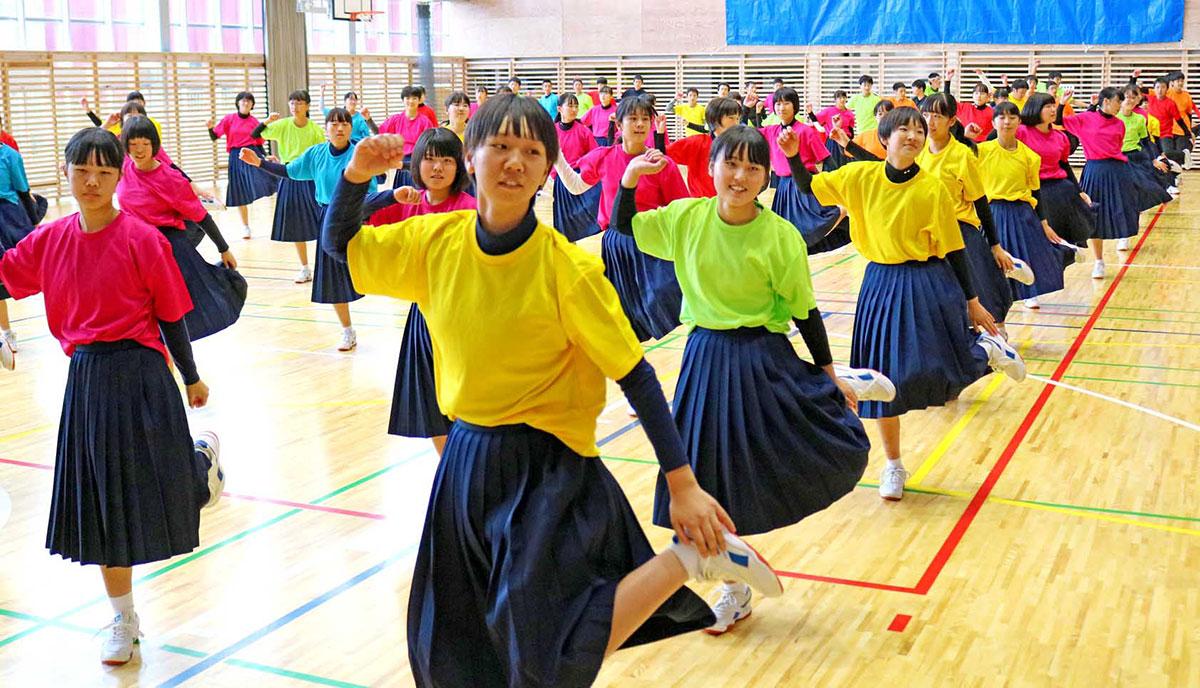 釜石東中の生徒を前に元気なダンスを披露した幸田中の3年生有志