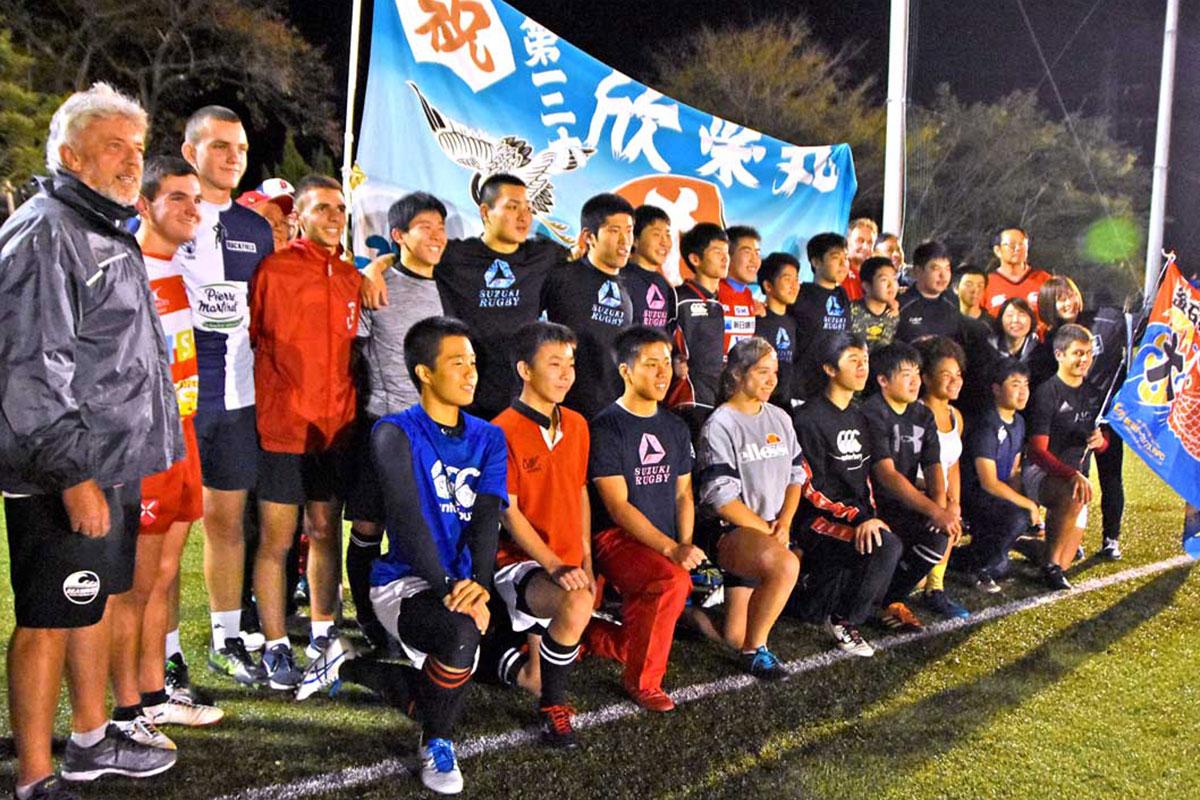 合同練習で汗を流した釜石高、釜石商工高のラグビー部員らと記念撮影