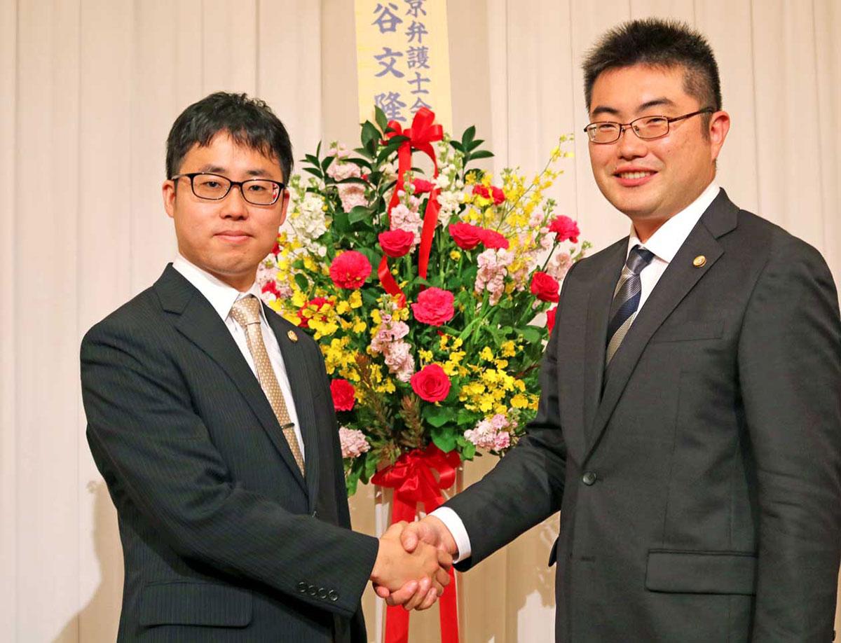 多田創一弁護士(右)から釜石事務所長を引き継ぐ細川恵喜弁護士